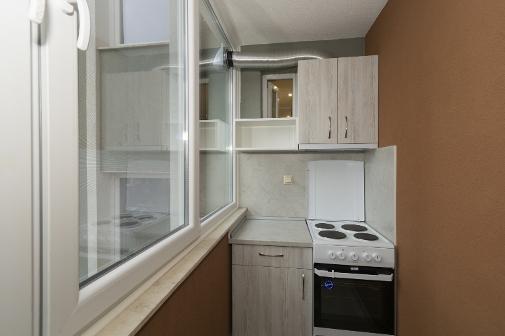Затворена тераса с кухнески кът във ваканционен апартамент в Сарафово Бургас
