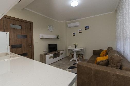 Дневна с кухненски бокс във ваканционен апартамент в Сарафово Бургас